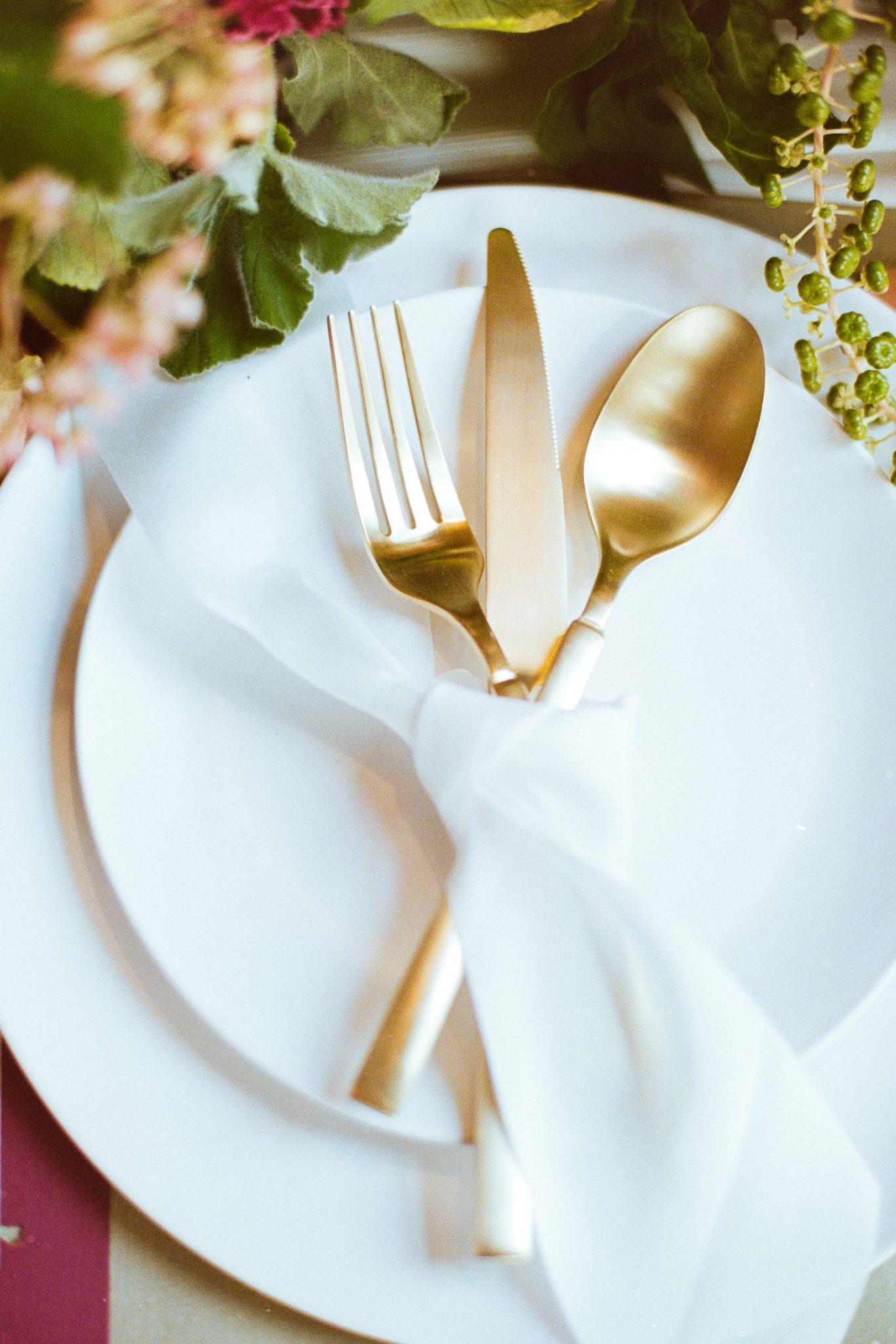 minimalist table setting for wedding